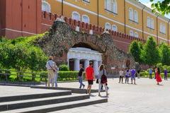 Moskwa Rosja, Czerwiec, - 03, 2018: Turyści chodzi blisko ruiny groty w Alexandrovsky uprawiają ogródek na pogodnym lato ranku Fotografia Stock