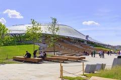 Moskwa Rosja, Czerwiec, - 03, 2018: Turysty spacer blisko Wielkiego amphitheatre w Zaryadye parku na pogodnym lato ranku Zdjęcia Stock
