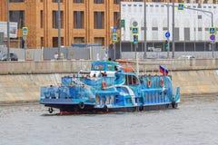 Moskwa Rosja, Czerwiec, - 21, 2018: Turystyczna łódź na tle budynki w centrum Moskwa na letnim dniu Obraz Stock