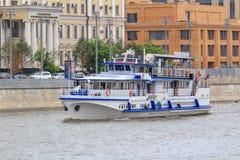 Moskwa Rosja, Czerwiec, - 21, 2018: Turystyczna łódź unosi się na Moskva rzece w centrum Moskwa na letnim dniu Zdjęcie Royalty Free