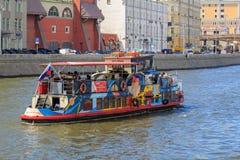 Moskwa Rosja, Czerwiec, - 21, 2018: Turystyczna łódź unosi się na Moskva rzece w dziejowym centrum Moskwa na letnim dniu Fotografia Stock