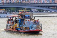 Moskwa Rosja, Czerwiec, - 21, 2018: Turystyczna łódź unosi się na Moskva rzece w dziejowym centrum Moskwa na letnim dniu Zdjęcie Stock