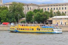 Moskwa Rosja, Czerwiec, - 21, 2018: Turystyczna łódź unosi się na tle budynki w dziejowym centrum Moskwa na letnim dniu Zdjęcia Stock