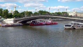 Moskwa Rosja, Czerwiec, - 26, 2017: Turystyczne łodzie pod Luzhkov mostem zbiory