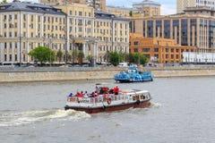 Moskwa Rosja, Czerwiec, - 21, 2018: Turystyczne łodzie unosi się na tle budynki w dziejowym centrum Moskwa Zdjęcia Royalty Free