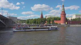 Moskwa Rosja, Czerwiec, - 28, 2017: Turystyczny statek na Moskwa rzece unosi się dalej przeciw Kremlowskiej ścianie zbiory wideo