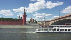 Moskwa Rosja, Czerwiec, - 28, 2017: Turystyczny statek na Moskwa rzece unosi się dalej przeciw Kremlowskiej ścianie w dziejowym zbiory wideo