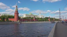 Moskwa Rosja, Czerwiec, - 28, 2017: Turystyczny statek na Moskwa rzece unosi się dalej przeciw Kremlowskiej ścianie w dziejowym zbiory