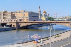 Moskwa Rosja, Czerwiec, - 03, 2018: Widok Bol ` Moskvoretskiy shoy most, bulwar Moskva rzeka od Zaryadye parka na pogodnym i Obraz Stock