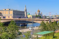Moskwa Rosja, Czerwiec, - 03, 2018: Widok Bol ` Moskvoretskiy shoy most, bulwar Moskva rzeka od Zaryadye parka na pogodnym i Zdjęcia Royalty Free