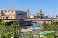 Moskwa Rosja, Czerwiec, - 03, 2018: Widok Bol ` Moskvoretskiy shoy most, bulwar Moskva rzeka od Zaryadye parka na pogodnym i Zdjęcia Stock