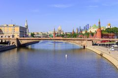 Moskwa Rosja, Czerwiec, - 03, 2018: Widok Bol ` Moskvoretskiy shoy most Kremlin od Spławowego mosta w Zaryadye parku dalej, Moskw Obrazy Stock