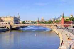 Moskwa Rosja, Czerwiec, - 03, 2018: Widok Bol ` Moskvoretskiy shoy most Kremlin od Spławowego mosta w Zaryadye parku dalej, Moskw Obrazy Royalty Free