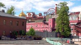 Moskwa Rosja, Czerwiec, - 28, 2017: Widok Krasny Oktyabr ciasteczka gatunek cupola katedra Chrystus i zdjęcie wideo