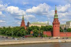 Moskwa Rosja, Czerwiec, - 03, 2018: Widok Kremlevskaya bulwar i budynki Moskwa Kremlin w pogodnym letnim dniu Zdjęcie Stock