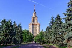 Moskwa Rosja, Czerwiec, - 02, 2018: Widok park blisko Lomonosov Moskwa stanu uniwersyteta MSU w pogodnym lato wieczór Zdjęcia Stock