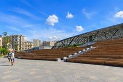 Moskwa Rosja, Czerwiec, - 03, 2018: Wielki amfiteatr w Zaryadye parka zbliżeniu na niebieskiego nieba tle na pogodnym lato ranku Zdjęcia Stock