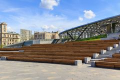 Moskwa Rosja, Czerwiec, - 03, 2018: Wielkie amfiteatr ławki w Zaryadye Parkują zbliżenie na niebieskiego nieba tle Zdjęcie Royalty Free