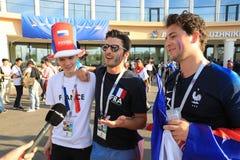 MOSKWA ROSJA, Czerwiec, - 26, 2018: wywiada telewizyjni od Francuskich fan po puchar świata grupy C gry między Francja i Dani Obraz Royalty Free