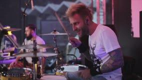 MOSKWA ROSJA, CZERWIEC, - 6, 2015: Zespół rockowy wykonuje na scenie przy liv zbiory wideo