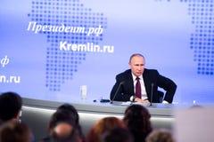 MOSKWA, ROSJA - DEC 23: Prezydent federacja rosyjska Vladimir Vladimirovich Putin roczna konferencja prasowa w centrum obrazy stock