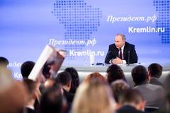 MOSKWA, ROSJA - DEC 23: Prezydent federacja rosyjska Vladimir Vladimirovich Putin roczna konferencja prasowa w centrum zdjęcia stock