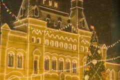 MOSKWA ROSJA, GRUDZIEŃ, - 06, 2017: Bożenarodzeniowe dekoracje na xmas drzewie z piłkami i teraźniejszość fasadowym, dużym, zdjęcia stock