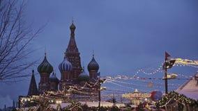 MOSKWA ROSJA, GRUDZIEŃ, - 6: Bożenarodzeniowy jarmark na placu czerwonym, widok St basila katedra zbiory wideo