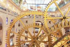 MOSKWA ROSJA, GRUDZIEŃ, - 1, 2018: Dużego steampunk ścienny zegar w Środkowych dzieciach Sklepowych Steampunk przekładnia, machin zdjęcia royalty free