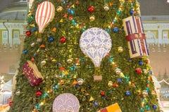 MOSKWA ROSJA, GRUDZIEŃ, - 06, 2017: duży xmas drzewo z piłkami i teraźniejszość na placu czerwonym, miasto nocy iluminacja obraz royalty free