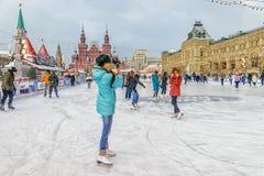 MOSKWA ROSJA, GRUDZIEŃ, - 7, 2016: jazda na łyżwach lodowisko na Czerwonym Squar Zdjęcia Stock