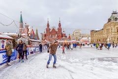 MOSKWA ROSJA, GRUDZIEŃ, - 7, 2016: jazda na łyżwach lodowisko na Czerwonym Squar Obrazy Stock