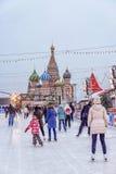 MOSKWA ROSJA, GRUDZIEŃ, - 7, 2016: jazda na łyżwach lodowisko na Czerwonym Squar Fotografia Royalty Free