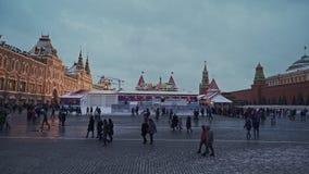 MOSKWA ROSJA, GRUDZIEŃ, - 6: Ludzie chodzi na placu czerwonym wokoło łyżwiarskiego lodowiska blisko dziąsła w zimie zbiory wideo