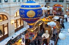 MOSKWA ROSJA, GRUDZIEŃ, - 3, 2017: Nowego Roku ` s i Bożenarodzeniowa dekoracja dziąsło w Moskwa, Rosja Obraz Royalty Free