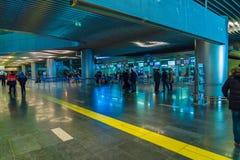 MOSKWA ROSJA, GRUDZIEŃ, - 25, 2016: Pasażery stoją przy dla Fotografia Stock