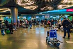MOSKWA ROSJA, GRUDZIEŃ, - 25, 2016: Pasażery stoją przy dla Obrazy Stock