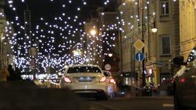 MOSKWA ROSJA, GRUDZIEŃ, - 21, 2017: Petrovka ulica w Moskwa centrum miasta dekorującym z girlandami zaświeca dla bożych narodzeń zbiory wideo