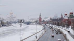 MOSKWA ROSJA, GRUDZIEŃ, -, 2018: Plandeka w górę zimy Moskwa centrum panoramy Kremlin ściany samochodów i kościół ruszać się zbiory