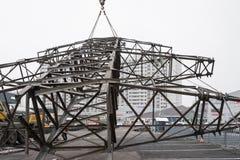 Moskwa Rosja, Grudzień, - 21, 2017 Rozebranie góruje wysokie woltaż linie w mieście Obrazy Royalty Free