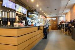 MOSKWA ROSJA, GRUDZIEŃ, - 27, 2016: wnętrze mały sklep z kawą w centrum miasta Obraz Royalty Free