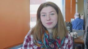 MOSKWA, ROSJA - 8 2018 hala targowa: Potomstwa tęsk z włosami caucasian blondynka z śnieżnobiałymi skóra napojami od białej filiż zbiory wideo