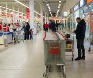 MOSKWA, ROSJA - 13 07 2015 Kupujący w supermarkecie Auchan przy Zelenograd Fotografia Royalty Free