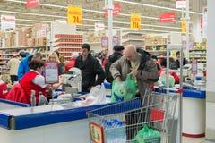 MOSKWA, ROSJA - 13 07 2015 Kupujący w supermarkecie Auchan przy Zelenograd Zdjęcia Royalty Free