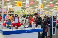 MOSKWA, ROSJA - 13 07 2015 Kupujący w supermarkecie Auchan przy Zelenograd Obrazy Royalty Free