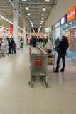 MOSKWA, ROSJA - 13 07 2015 Kupujący w supermarkecie Auchan przy Zelenograd Obrazy Stock