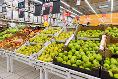 Moskwa Rosja, Kwiecień 13 -, 2017: Centrum handlowe Auchan Zieleni jabłka Zdjęcia Stock