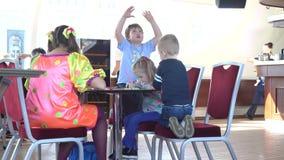 MOSKWA ROSJA, KWIECIEŃ, -, 29, 2017 Dziecko dzieciaki przy restauracją i animator 4k strzał zbiory