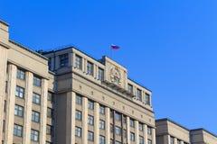 Moskwa Rosja, Kwiecień, - 15, 2018: Flaga państowowa Rosja na dachu budynek stan duma Federacyjny zgromadzenie Russ obrazy stock