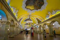 MOSKWA, ROSJA KWIECIEŃ, 29, 2018: Inside widok stacja metru Komsomolskaya przy nocą, metro jest wielkim przykładem Obrazy Royalty Free